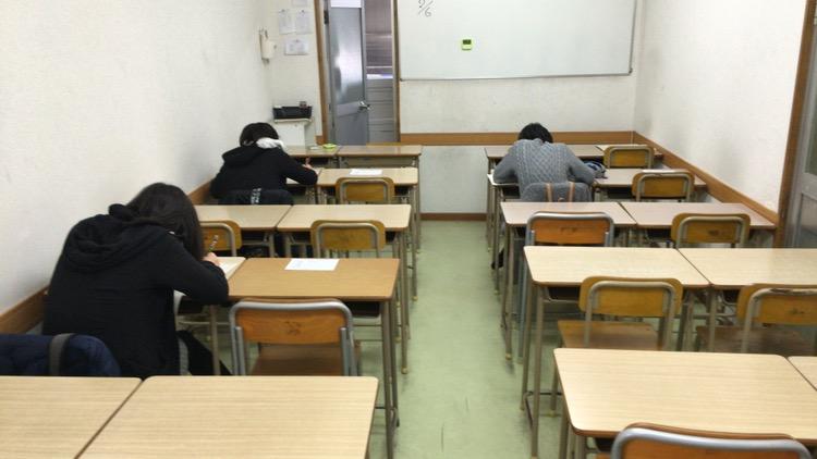 啓学館ゼミナールの入塾テスト中