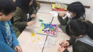小学生はパズルゲーム大会をしました